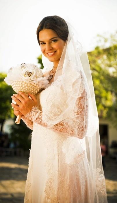 """Na pele de Helena, Bruna Marquezine gravou, vestida de noiva, cenas da segunda fase de """"Em Família"""", próxima novela das 21h da Globo. Na terceira fase, a personagem é vivida por Julia Lemmertz"""