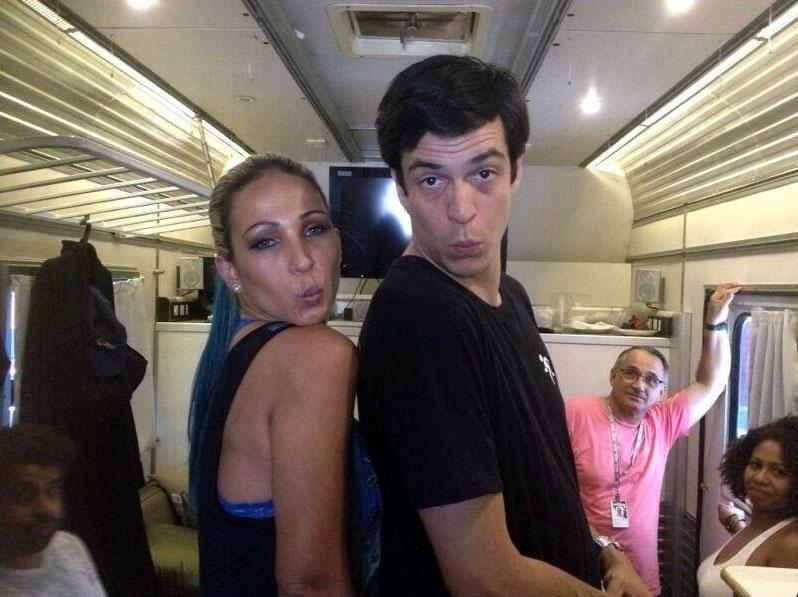 """Nos bastidores de """"Amor à Vida"""", Valesca Popozuda posa ao lado de Mateus Solano e faz biquinho"""