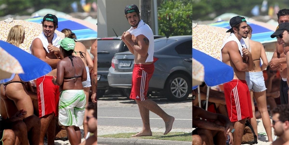 05.dez.2013- Caio Castro curte dia de sol na Praia da Barra da Tijuca, no Rio de Janeiro. O ator foi assediado e tirou fotos com alguns fãs no local