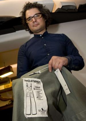 O estilista alemão Daniel Kroh mostra a etiqueta de uma de suas criações no ateliê e showroom de sua marca ReClothings, em Berlim, que trabalha exclusivamente com peças feitas a partir de roupas usadas