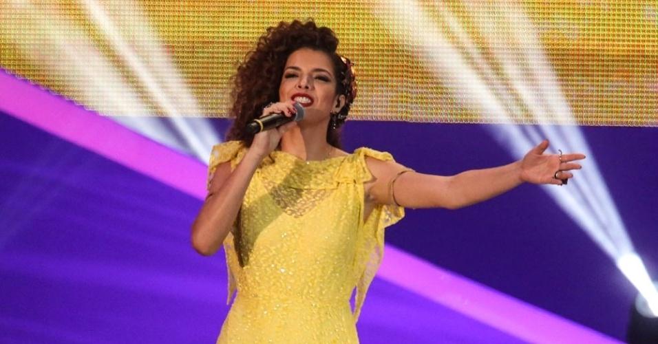 6.dez.2013 - A cantora Vanessa da Mata se apresenta durante a cerimônia de sorteio dos grupos para a Copa do Mundo