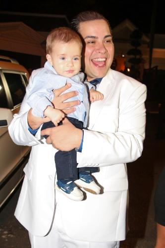 6.dez.2013 - De branco, Tiago Abravanel posa com o sobrinho no casamento de Silvia Abravanel