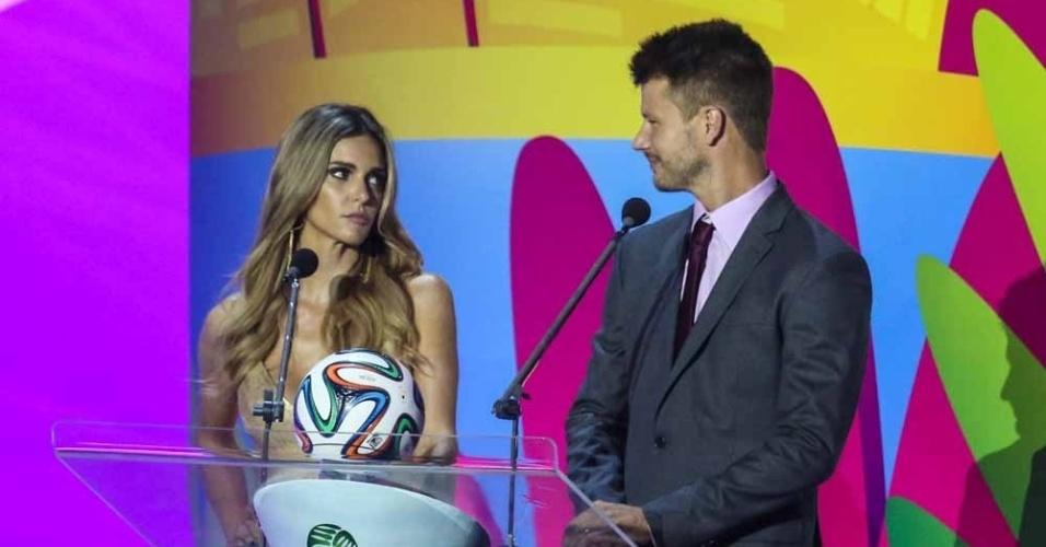 6.dez.2013 - Fernanda Lima e Rodrigo Hilbert são os apresentadores da cerimônia de sorteio dos grupos da Copa do Mundo
