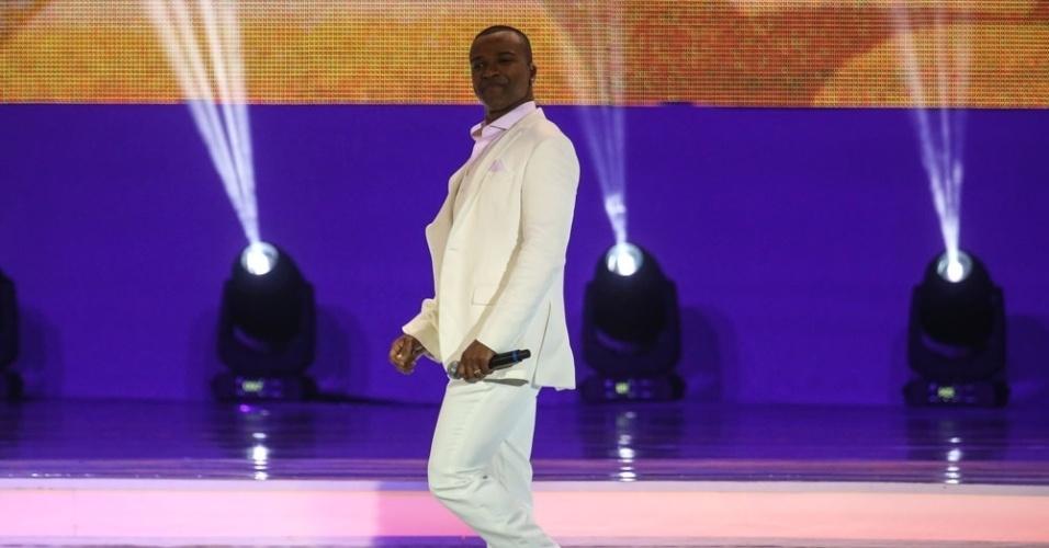 6.dez.2013 - O cantor Alexandre Pires se apresenta durante a cerimônia de sorteio dos grupos para a Copa do Mundo