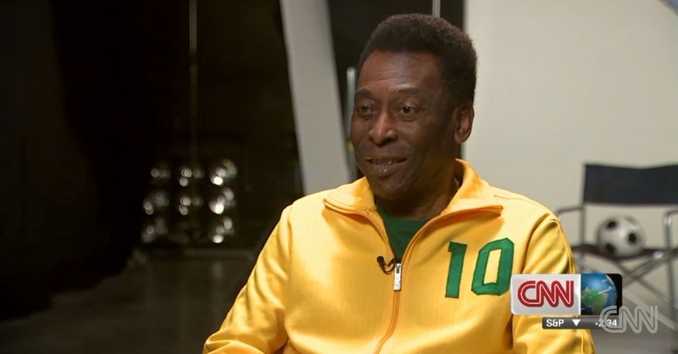 6.dez.2013 - Pelé dá entrevista à CNN e elege Messi o melhor jogador da atualidade