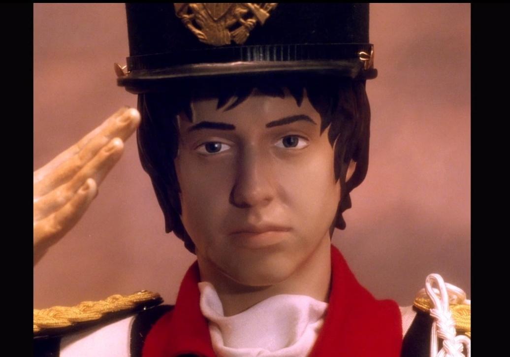 Boneco com o rosto de Julian Casablancas é o protagonista do clipe