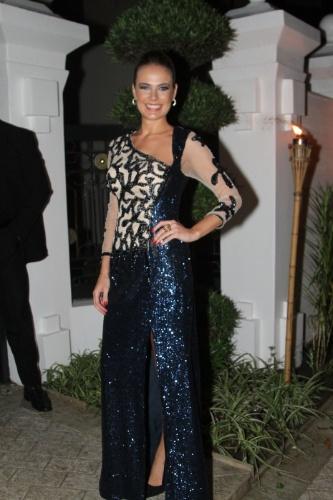 6.dez.2013 - A atriz Thais Pacholek vai ao casamento de Silvia Abravanel