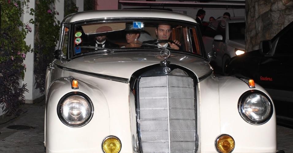 6.dez.2013 - Silvia Abravanel chegou a bordo de um Mercedez antigo branco, que trazia uma placa personalizada com os nomes dos noivos, Silvia e Kleiton (novo de batismo do noivo)