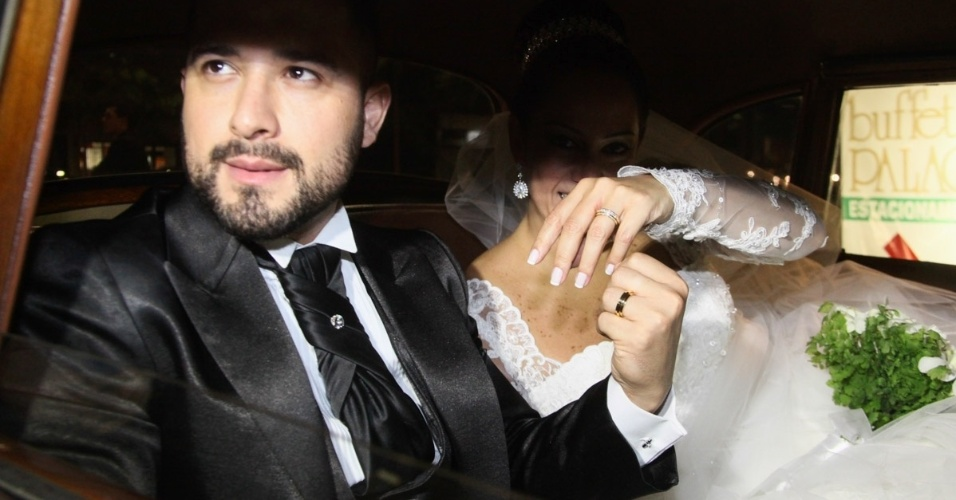 6.dez.2013 - Silvia Abravanel e Edu Pedroso mostram as alianças