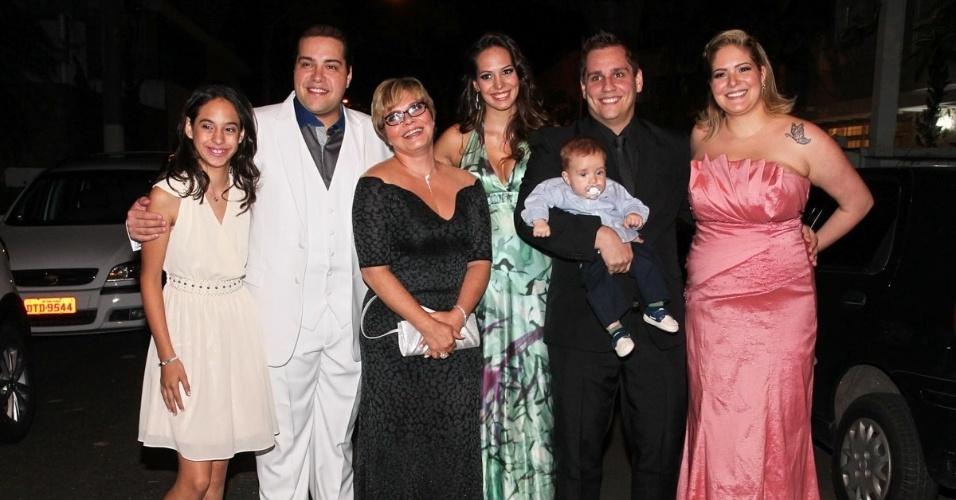 6.dez.2013 - Tiago Abravanel posa com a família no casamento da tia, Silvia