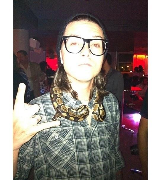 7.dez.2013 - Pe Lanza posou com cobra no pescoço em festa do Grammy, nos Estados Unidos. Na noite deste sábado (7), o vocalista do Restart compartilhou uma foto com o animal no pescoço em seu Instagram e escreveu: