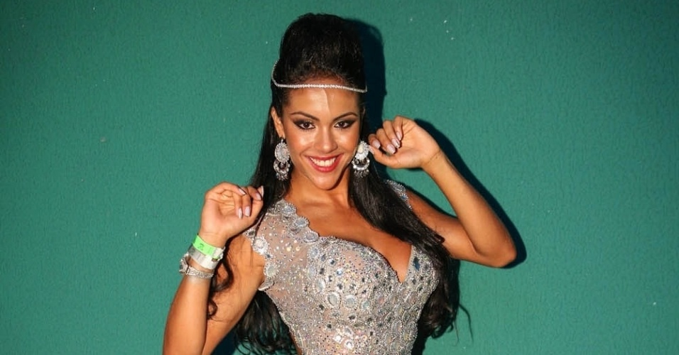 7.dez.2013 - A modelo Aline Bernardes chega para a festa de 13 anos da escola de samba Mancha Verde