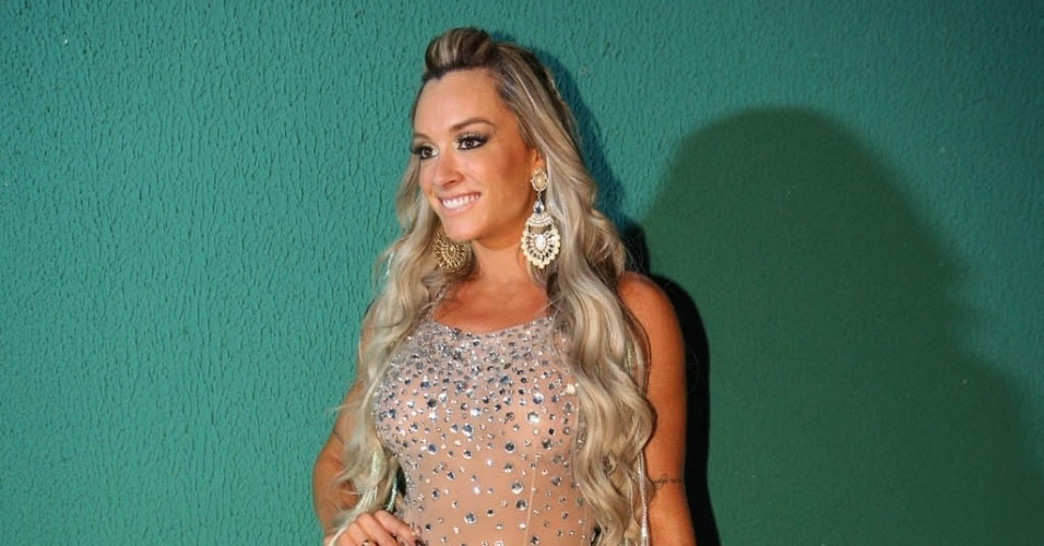 7.dez.2013 - A modelo Juju Salimeni chega para a festa de 13 anos da escola de samba Mancha Verde