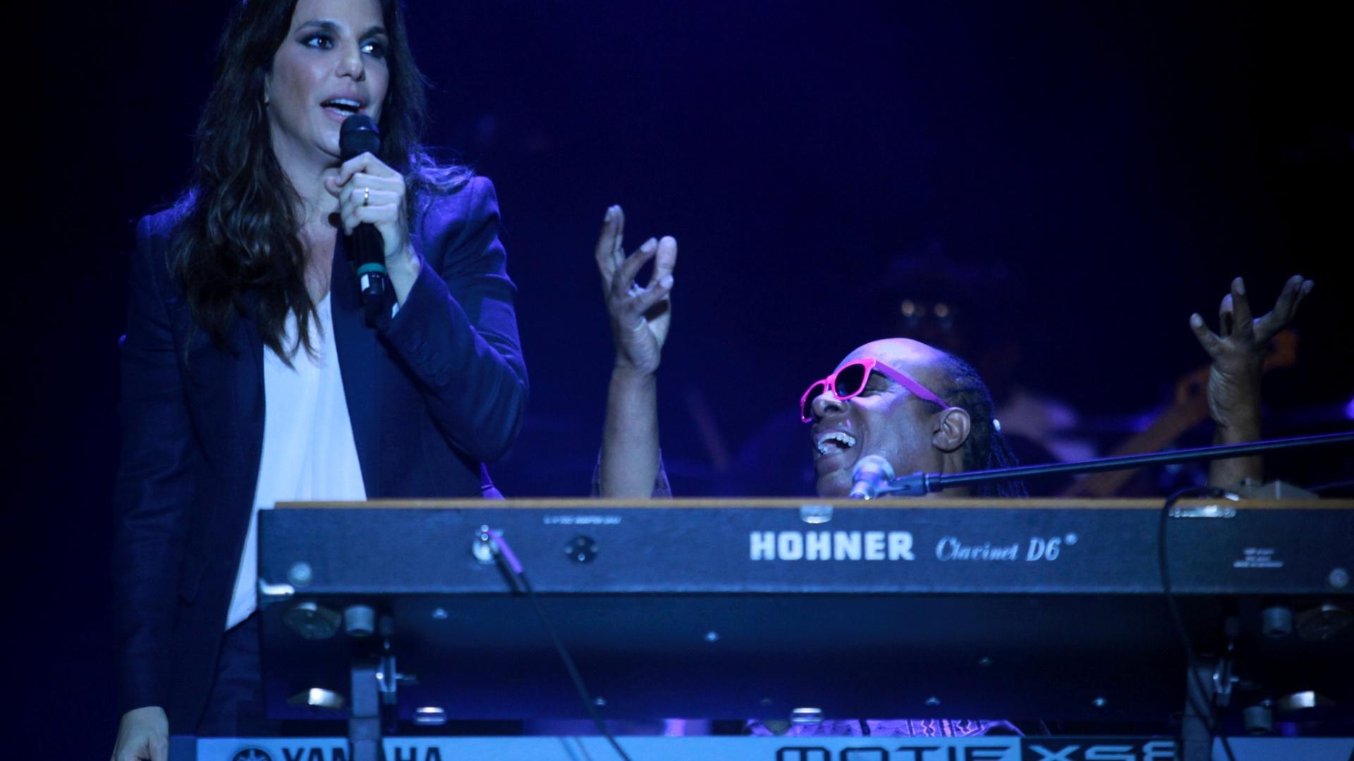 7.dez.2013 - O cantor Stevie Wonder convidou Ivete Sangalo para cantar com ele a canção