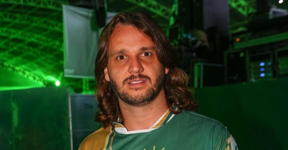 7.dez.2013 - O cantor Tato, do Falamansa, prestigia festa de 13 anos da escola de samba Mancha Verde