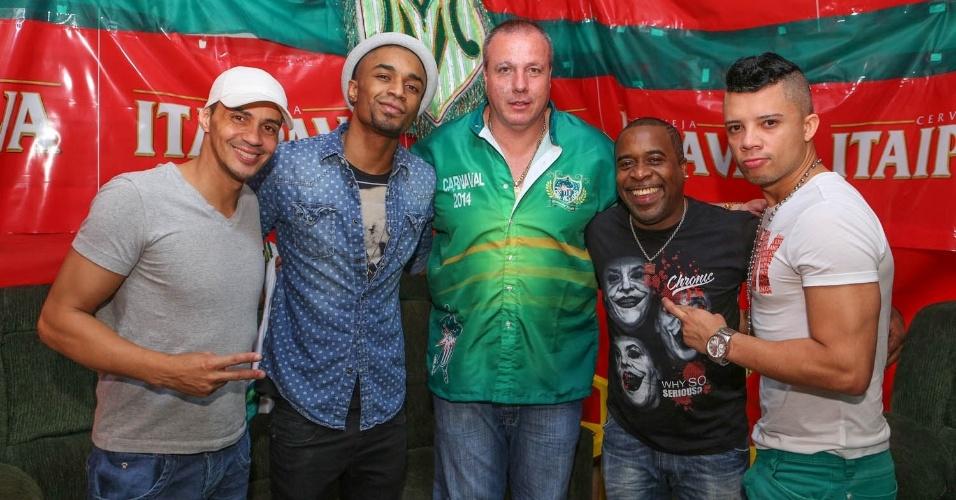 7.dez.2013 - O grupo Art Popular posa com o presidente da Mancha Verde, Paulo Serdan, na festa de 13 anos da escola de samba