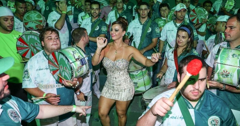 7.dez.2013 - Viviane Araújo, rainha da bateria da Mancha Verde, samba na festa de 13 anos da escola