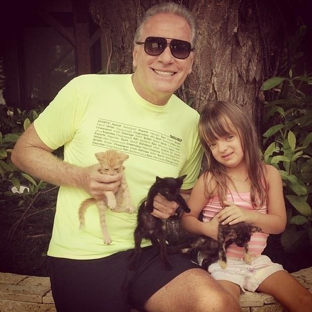 8.dez.2013 - Rafaella Justus brinca com gatinhos no sítio de Roberto Justus. Papai coruja, o apresentador compartilhou em seu perfil no Instagram uma foto da filha, de quatro anos, com os felinos no colo. Na legenda do clique, Justus escreveu: