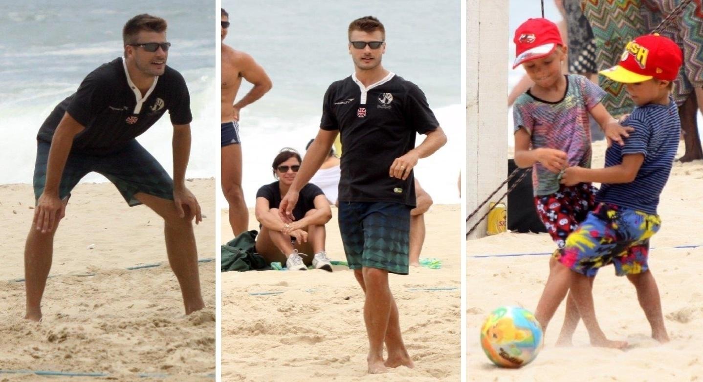 8.dez.2013 - Rodrigo Hilbert joga vôlei na praia do Leblon enquanto os filhos, João e Francisco, jogam futebol na areia, na tarde deste domingo (8). O trio chegou no local sem a companhia de Fernanda Lima