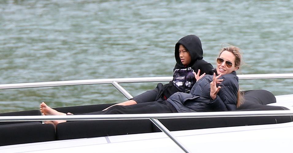 3.dez.2013 - Angelina Jolie descansa no iate ao lado do filho Pax durante passeio com a familia pelo porto de Sidney