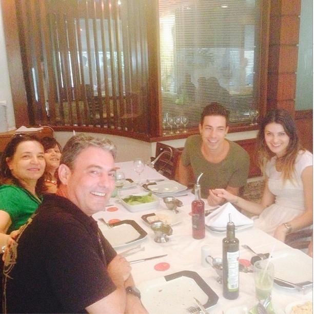 8.dez.2013 - Di Ferrero e Isabeli Fontana almoçam com a família do músico