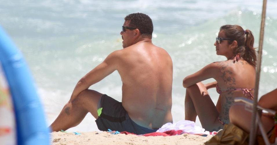 9.dez.2013 - Ronaldo e Paula Morais reforçam o bronzeado na praia do Leblon