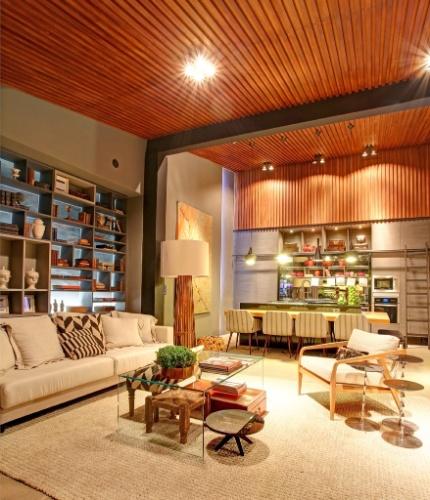 decoracao de interiores em casas de madeira:de madeira de demolição no forro. A Casa Cor Interior SP fica em