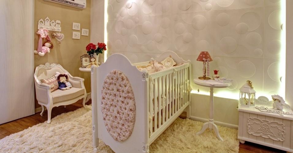 O Quarto Bebê, criado por Gustavo Rocha, tem estilo provençal e o branco como cor base. Pontuações em vermelho queimado e o revestimento de concreto, com círculos em tamanhos diversos iluminados cenicamente, dão personalidade ao ambiente exibido na Casa Cor Interior SP em 2013