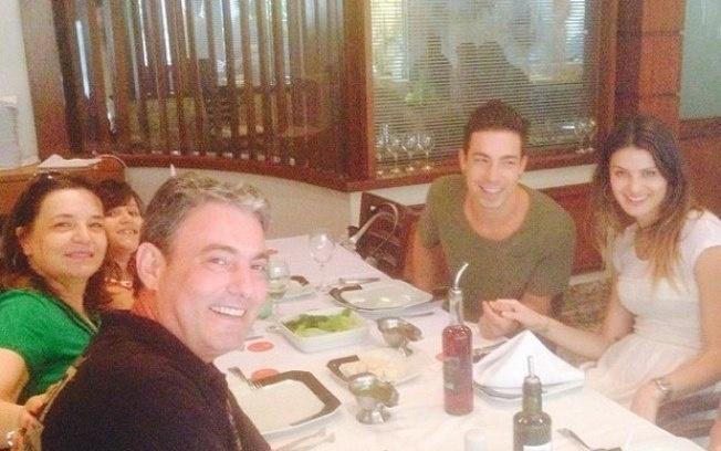 Di Ferrero e Isabeli Fontana almoçam em família
