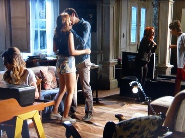 """Em """"Malhação"""", Ben beija Anita na frente de toda a família"""