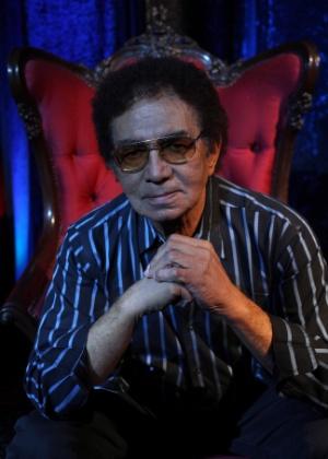 """O cantor Reginaldo Rossi posa no cenário do DVD """"Cabaret do Rossi"""", lançado em 2011"""