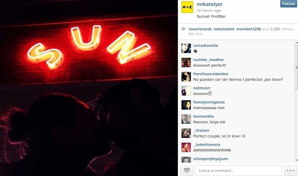 10.dez.2013 - Ashton Kutcher divulgou uma imagem onde aparece beijando a namorada, a atriz Mila Kunis