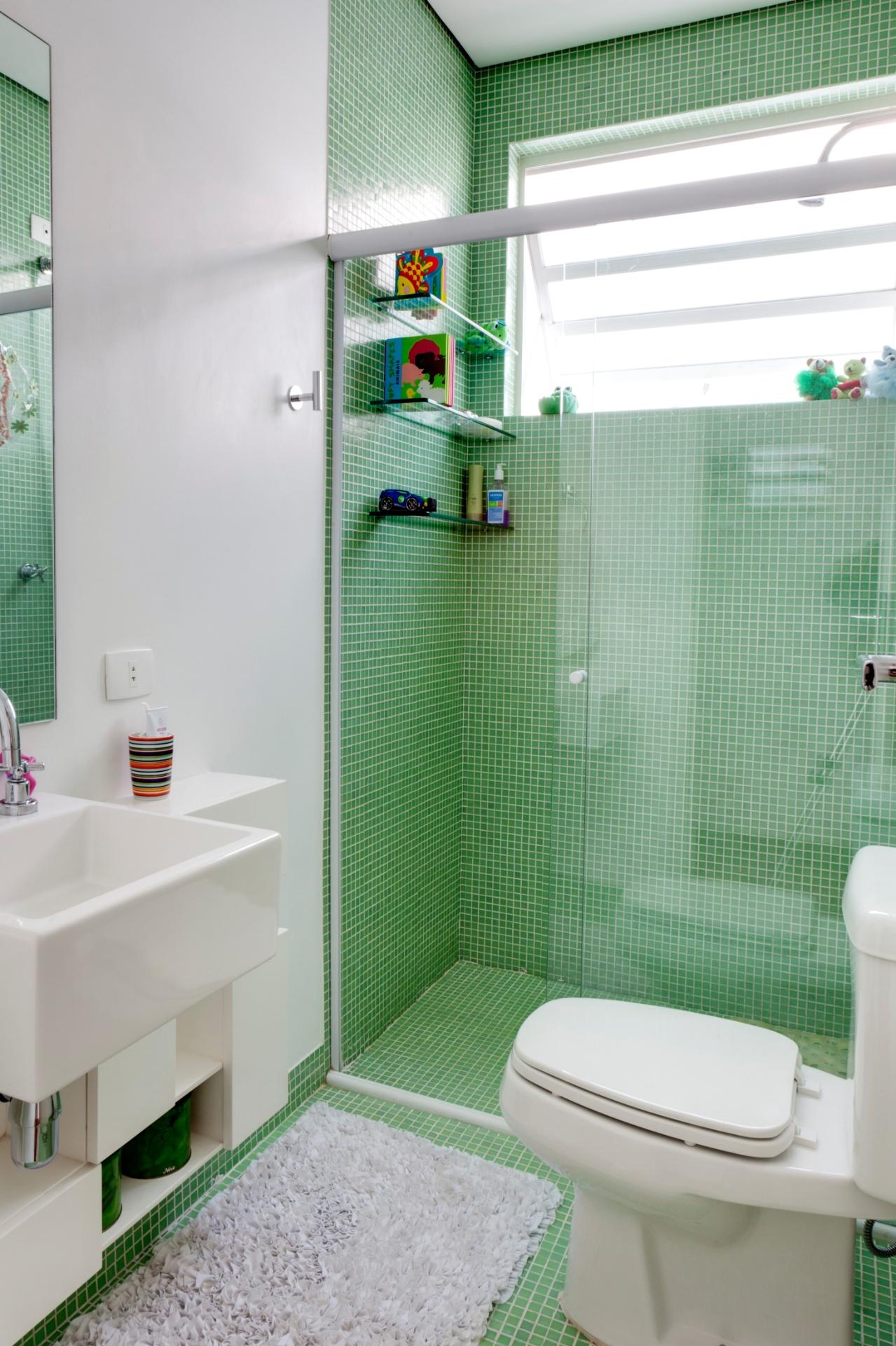 pela arquiteta Graziela Arruda as miúdas pastilhas na cor verde  #1D3418 1279x1920 Banheiro Branco Com Pastilhas Verdes