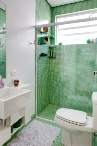 Revestimentos e estruturas das antigas compõem ambientes contempo -> Banheiro Com Pastilha Na Parte Do Box