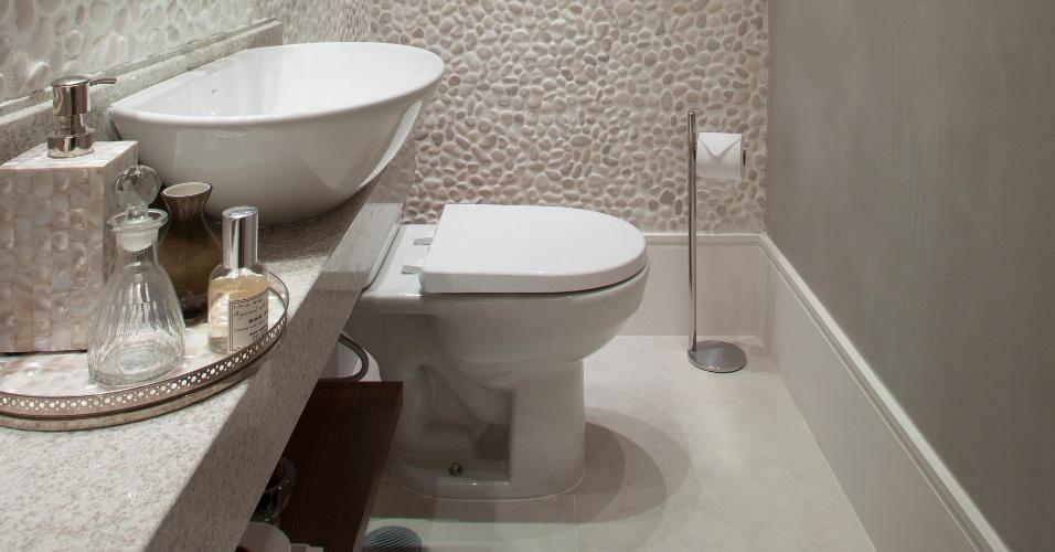 decoracao lavabo branco:No lavabo, a arquiteta Fernanda Pinheiro combinou o cimento queimado