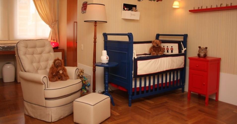No quarto de bebê, assinado pela arquiteta Ana Andrade, os tacos de madeira deixam o ambiente mais aconchegante