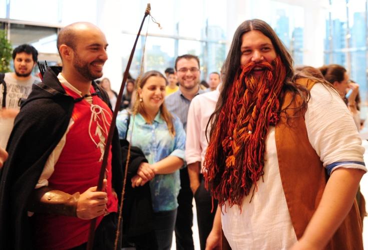 """12.dez.2013 - Fãs comparecem a pré-estreia de """"O Hobbit: A Desolação de Smaug"""" em São Paulo"""