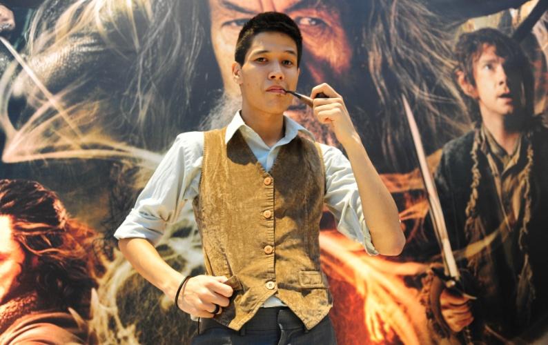 """12.dez.2013 - Fã comparece a pré-estreia de """"O Hobbit: A Desolação de Smaug"""" em São Paulo"""