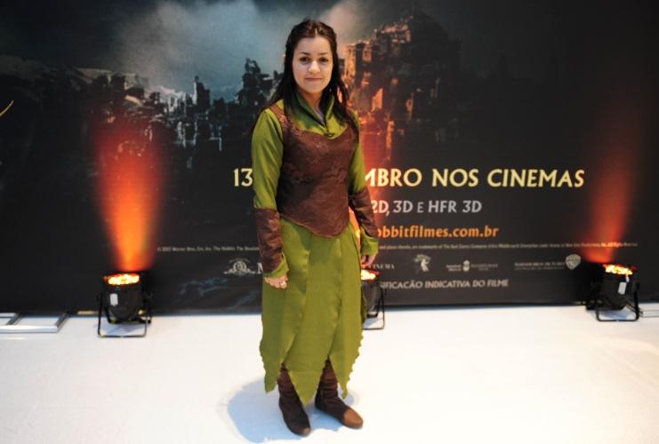 """12.dez.2013 - A professora de inglês Judith Tonioli Arantes, de 30 anos, comparece à estreia de """"O Hobbit: A Desolação de Smaug"""" fantasiada de elfa Tauriel"""