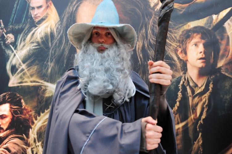 """12.dez.2013 - O professor de música Cesar Patoulos, de 40 anos, comparece à pré-estreia de """"O Hobbit: A Desolação de Smaug"""" fantasiado de Gandalf"""