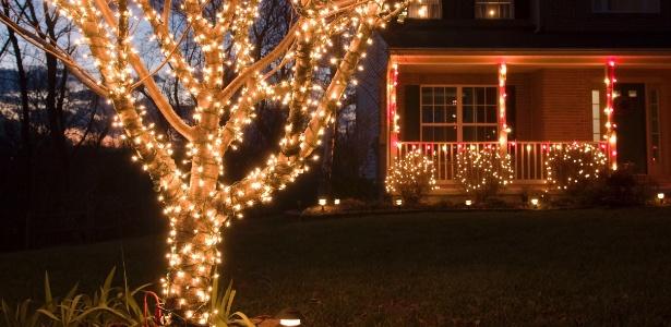 Decore o jardim e a fachada de casa sem exageros, usando luzes e enfeites 16 12 2013 UOL  # Decoração De Natal Jardim