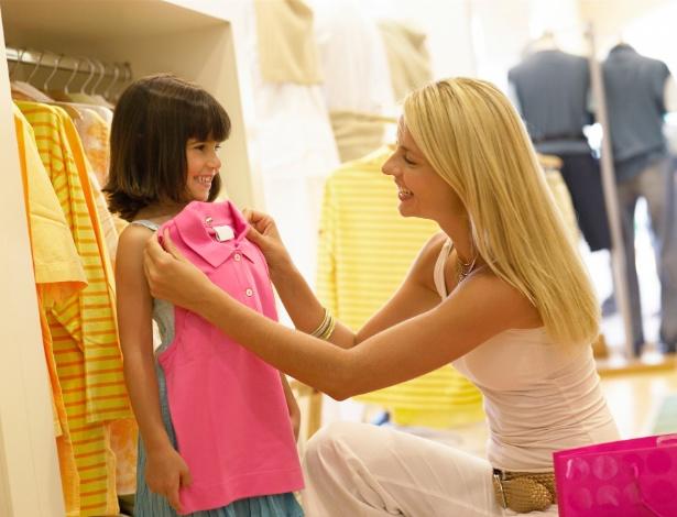 Comprar apenas o necessário é o primeiro passo para quem quer economizar com as roupas da criançada