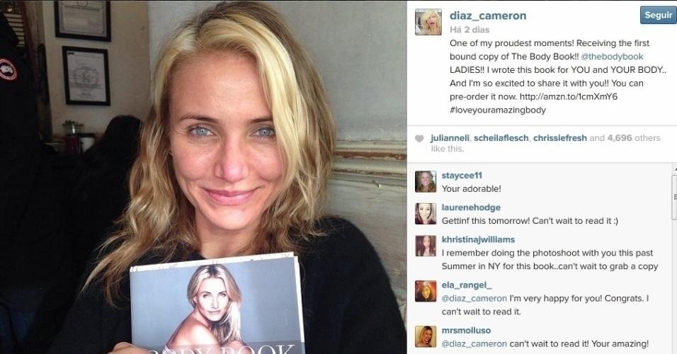 11.dez.2013 - Cameron Diaz posa sem maquiagem e exibe seu livro no Instagram