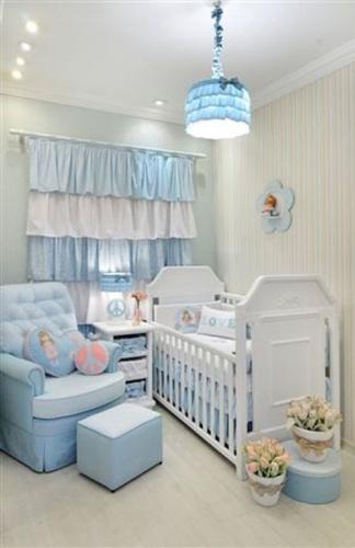 O azul-claro é a cor principal desse quarto de bebê de menina da Dip en Dap, com a temática paz e amor