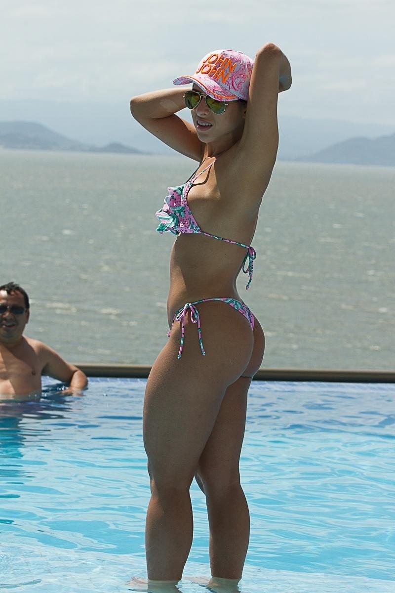 14.dez.2013 - A modelo Ana Paula Minerato toma banho de piscina em hotel de Florianópolis (SC)
