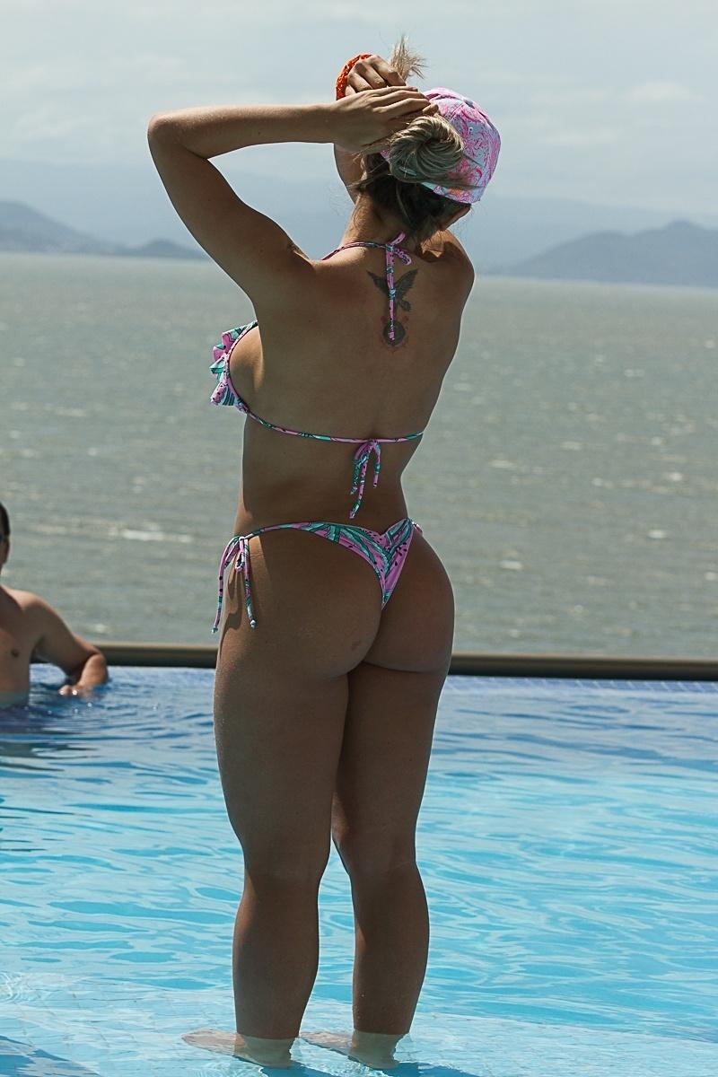 14.dez.2013 - A modelo Ana Paula Minerato toma sol em piscina em hotel de Florianópolis (SC)