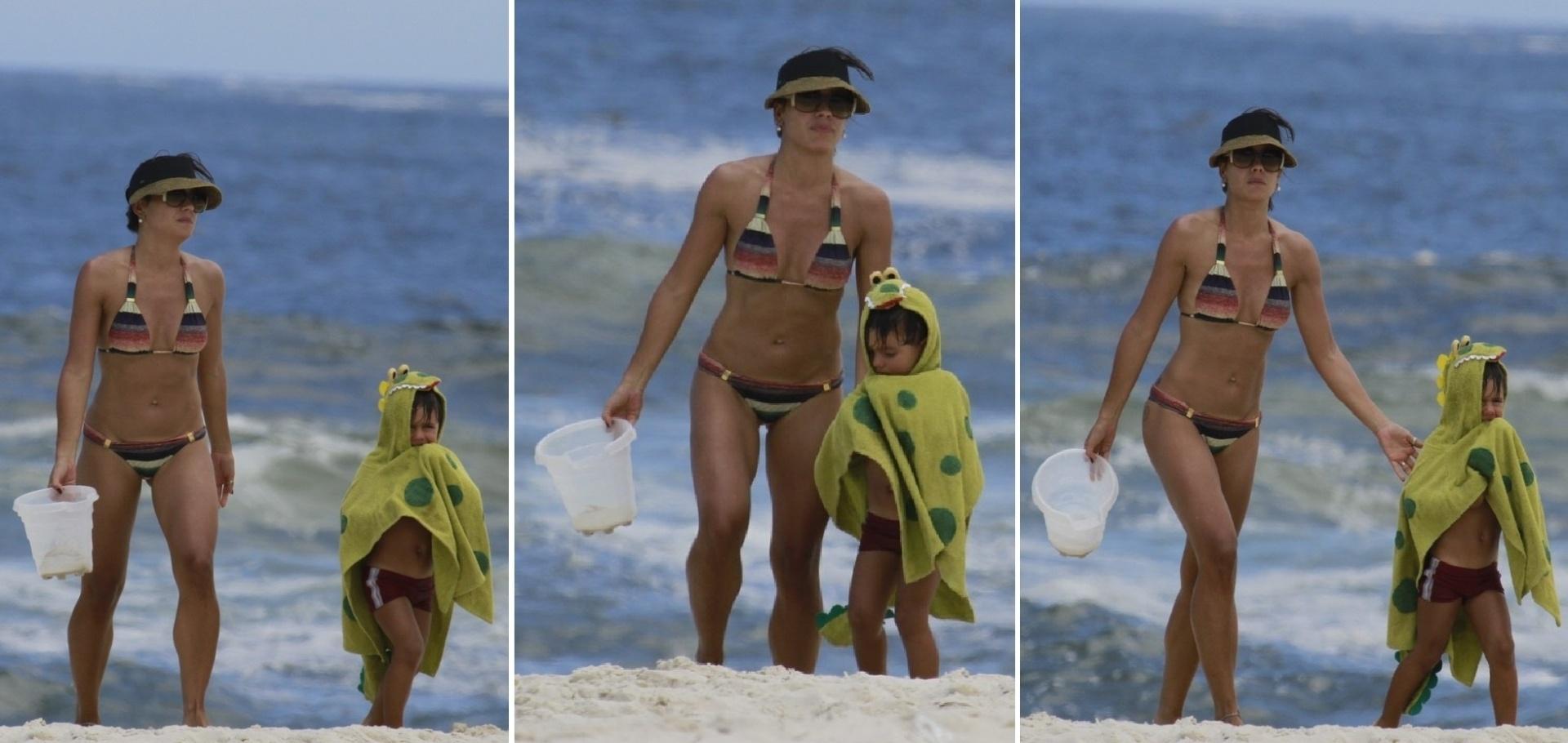 14.dez.2013 - Ao lado do filho, Matheus, Juliana Knust exibe boa forma em praia do Rio, De biquíni, a atriz chamou atenção ao exibir o abdômen sarado na tarde deste sábado (14), na Praia da Barra, Zona Oeste carioca