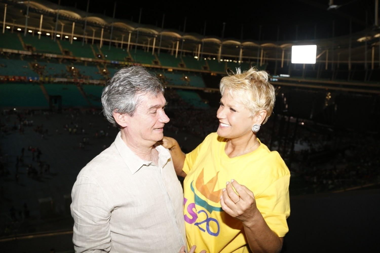 14.dez.2013 - Os apresentadores Serginho Groisman e Xuxa encontram-se na gravação do DVD em comemoração aos 20 anos de carreira de Ivete Sangalo na Arena Fonte Nova, em Salvador