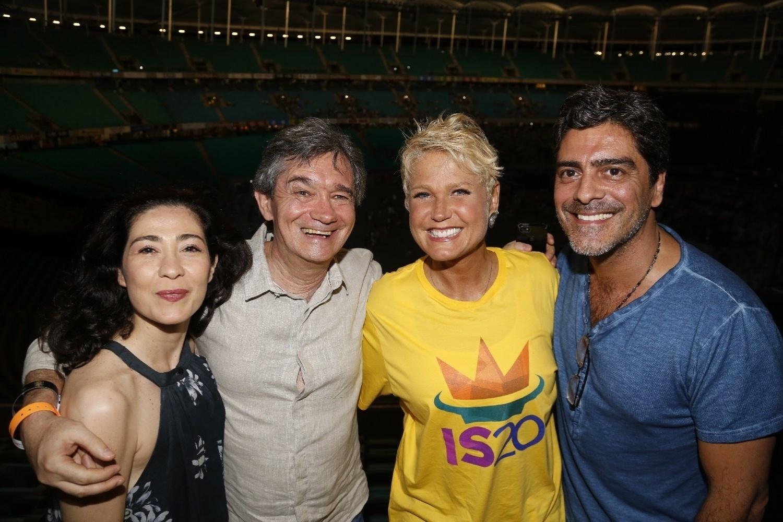 14.dez.2013 - Serginho Groisman e a mulher, Fernanda, e Xuxa e o namorado, Junno, posam nos bastidores da gravação do DVD em comemoração aos 20 anos de carreira de Ivete Sangalo na Arena Fonte Nova, em Salvador