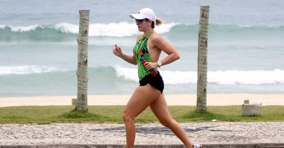 15.dez.2013 - Antonia Fontenelle chama atenção ao correr com shortinho curto no Rio. A atriz, de 40 anos, que está namorando o jogador Emerson Sheik, foi o centro das atenções ao passar com seu modelito ousado na tarde deste domingo (15), na Praia da Barra, Zona Oeste carioca.